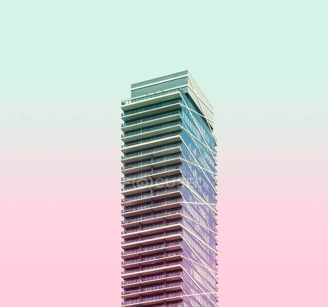 Un edificio alto riflette la luce del sole — Foto stock