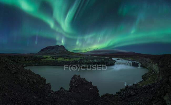 Aurora boreale sopra l'isola di ghiaia — Foto stock