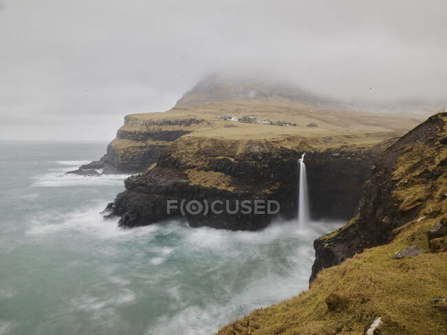 Larga exposición tormentosa de Mlafossur cerca de Gasadalur en las Islas Feroe - foto de stock