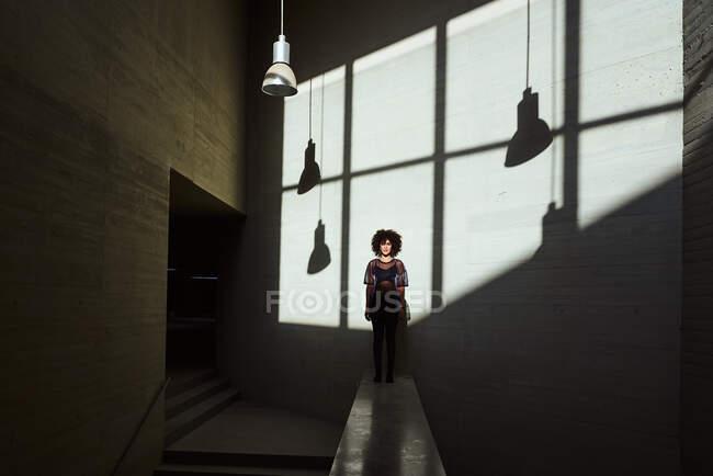 Femme bronzant dans un bâtiment — Photo de stock