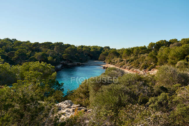 Bella vista sulla spiaggia, baia di acqua turchese blu mare con cieli limpidi dell'isola di Maiorca Spagna — Foto stock