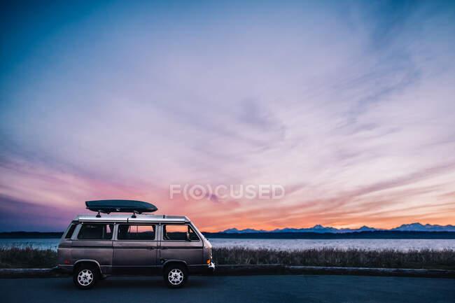 Прекрасний захід сонця в горах. — стокове фото