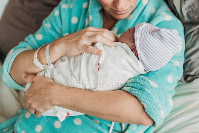 Image rapprochée des mains paternelles tenant le fils nouveau-né juste après la naissance — Photo de stock