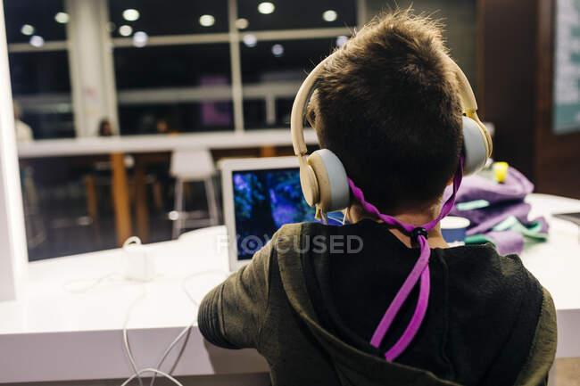 Підліток носить маску, яка відвідує заняття в аеропорту. — стокове фото