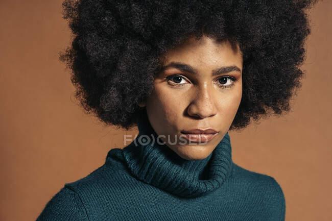 Крупный план Молодая черная девушка — стоковое фото