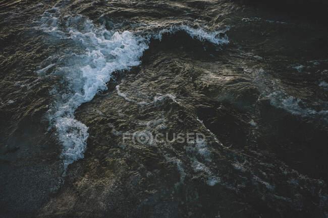Detalle de River at Dawn: Olas oscuras, Agua negra - foto de stock