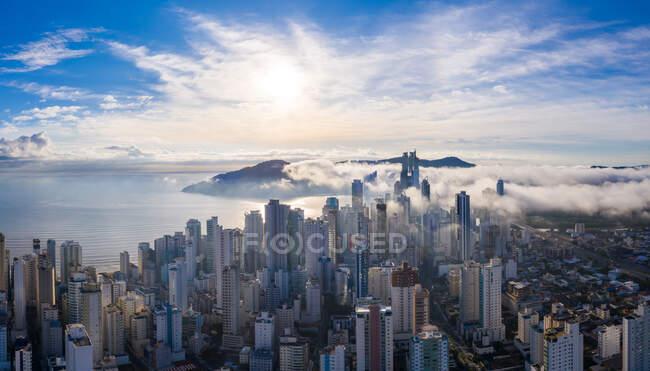 Panorámica increíble vista aérea de los rascacielos Bal Cambori temprano en la mañana, Brasil. - foto de stock