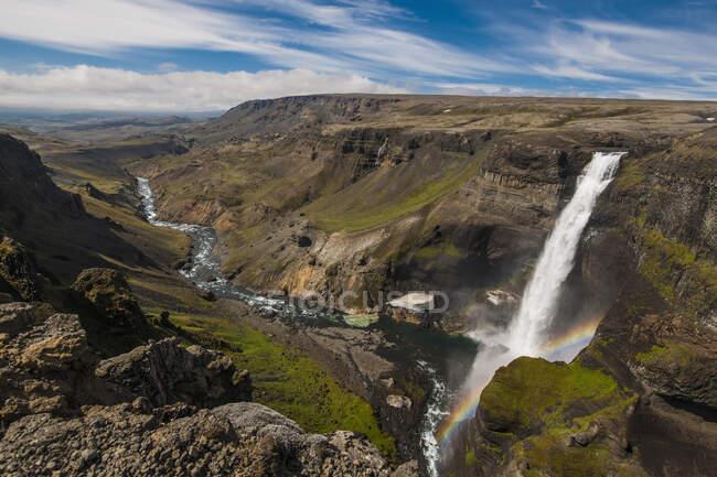La alta cascada Haifoss en Islandia Occidental - foto de stock