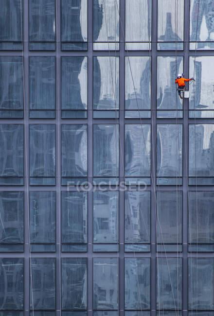 Edifício moderno na cidade — Fotografia de Stock