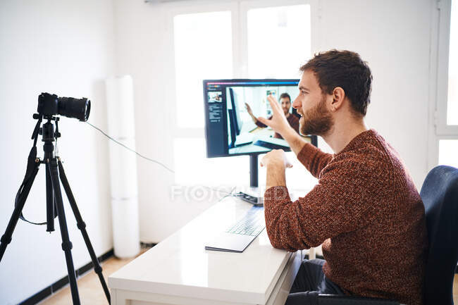 Young bearded man streaming online and vlogging — Stock Photo