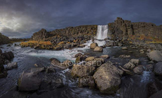 Hermosa vista de cascada en el fondo de la naturaleza - foto de stock