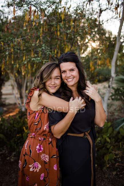 Portrait of mother and daughter together in garden — Stock Photo