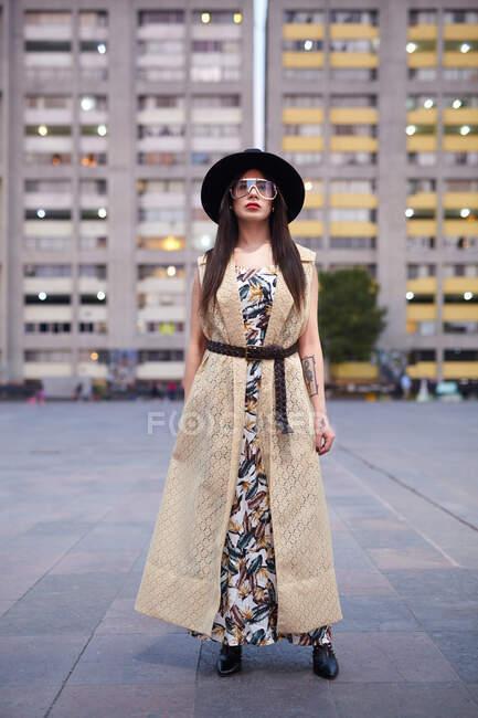 Молода вродлива жінка на вулиці. — стокове фото