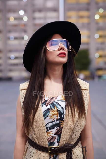 Jovem bela mulher posando na rua — Fotografia de Stock