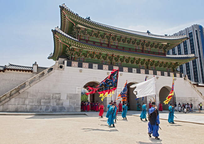 Changing of the guards ceremony at Gyeongbok Palace in Seoul — Stock Photo