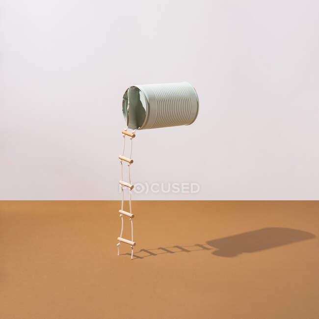 Pastel lata azul con escaleras adjuntas. Concepto minimalista. Diseño cuadrado - foto de stock