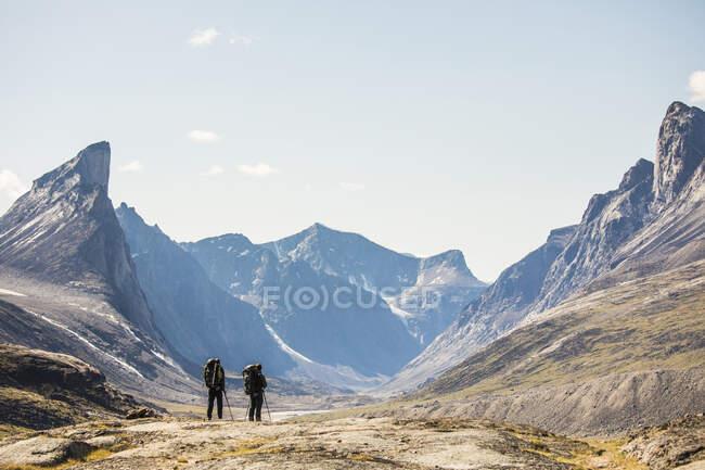 Dos mochileros mirando por el valle en Akshayuk pasan - foto de stock