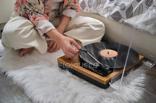 Unbekanntes Mädchen spielt Schallplatte auf Plattenspieler — Stockfoto