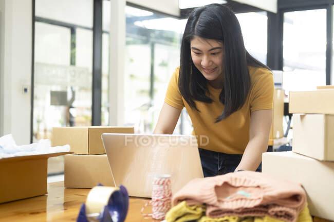 Интернет-продавец и онлайн-бизнес. Молодая женщина владелец бизнеса онлайн готовит продукт для клиента — стоковое фото