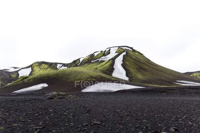 Bellissimo paesaggio delle montagne sullo sfondo della natura — Foto stock