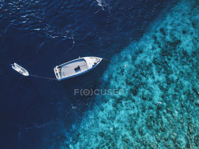 Bella vista sul mare e barca sullo sfondo della natura — Foto stock