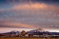 Montañas con nieve al atardecer - foto de stock