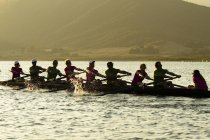 Men and women of Lake Casitas Rowing Team working on some drills at Lake Casitas in Ojai, California — Stock Photo