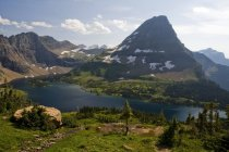 Bearhat Mountain and Hidden Lake surrounded by lush greenery in sunlight — Stock Photo