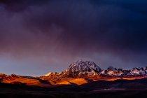 Тибет гір і храм у Золотий сонячного світла — стокове фото