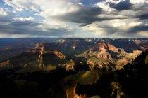 Paisaje del gran cañón a pleno sol con cielo nublado - foto de stock