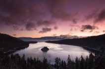 Purple sunrise sky with clouds above Lake Tahoe, California — Stock Photo