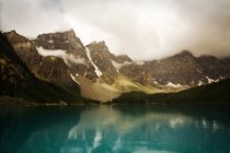 Грозових хмар над горами і морени озеро — стокове фото