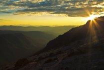 Feixes de luz do sol brilham acima de montanhas, Colúmbia Britânica, Canadá — Fotografia de Stock