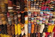 Bunte Wand Schuhe zur Leder-Shop, Fes el-Bali, Fes, Marokko — Stockfoto