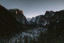 Vista delle montagne innevate a Parco nazionale Yosemite — Foto stock