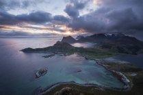 Vue sur le paysage côtier avec ciel coucher de soleil nuageux — Photo de stock