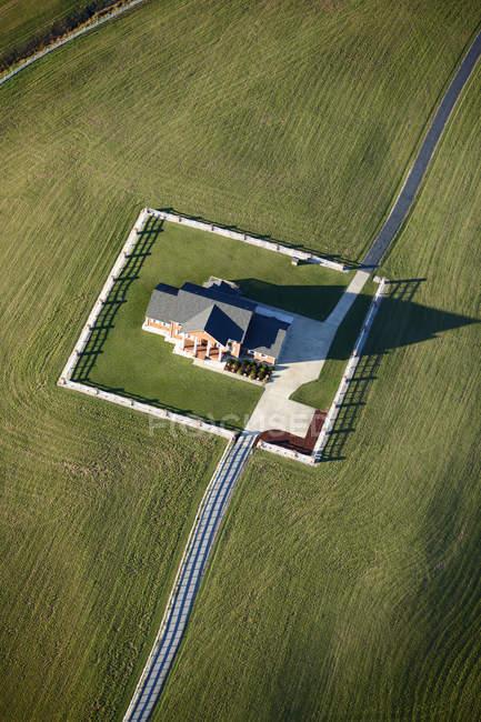 Casa su campo verde — Foto stock