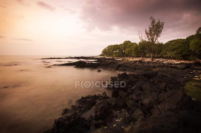 Скелястий берег лави з драматичним небо — стокове фото