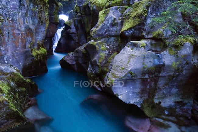 Glacial runoff cascades flow in Glacier National Park, Montana — Stock Photo
