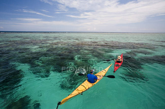 Coppia di kayak in acque limpide largo costa del Belize — Foto stock