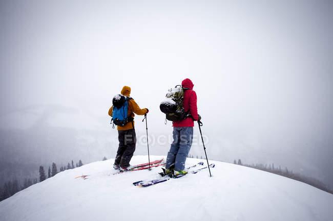 Paar im Schneesturm in Big Cottonwood Canyon wandern in der Nähe von Salt Lake City, Utah — Stockfoto