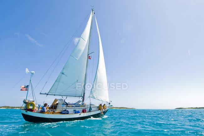 Famiglia fuori per la vela di giorno a Georgetown, Exumas Bahamas — Foto stock