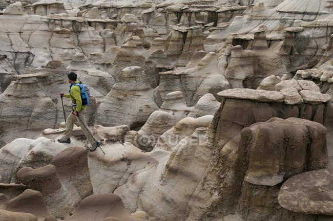 Человек, пеших прогулок и изучения сложных песчаника скалы в Bisti Бедленд Фармингтон, Нью-Мексико — стоковое фото