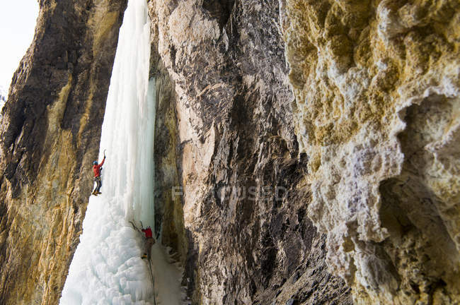 Man and woman ice climbing frozen waterfall Whorehouse Ice Hose, Silverton, Colorado — Stock Photo