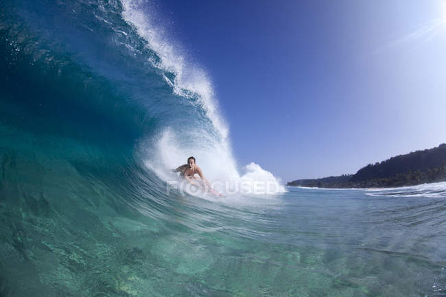 Woman surfing inside tube, on north shore of Oahu, Hawaii — Stock Photo