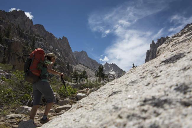 Жіночий рок альпініст походи під час підходу до неймовірних Халк, Каліфорнія — стокове фото