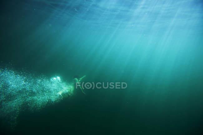 Mann genießen Tauchen Unterwasser in Sandpoint, Idaho — Stockfoto