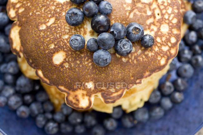 Stapel von Pfannkuchen mit Heidelbeeren — Stockfoto