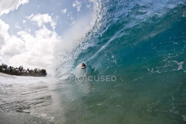 Giovane uomo Surf alla spiaggia di Keiki sulla North Shore di Oahu, Hawaii — Foto stock