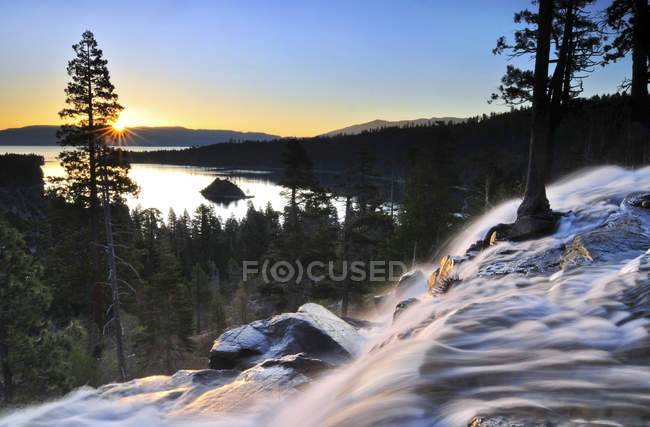 Adler fällt Kaskaden hinunter in Emerald Bay bei Sonnenaufgang in Lake Tahoe — Stockfoto